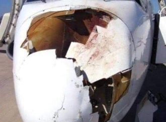 Ndege aina ya Bombardier Q400 imeigonga pikipiki iliyokuwa inakatiza uwanjani.