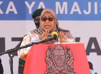 Rais Samia amewataka viongozi wa Wilaya na Halmashauri ya Longido kuwasimamia watumishi wa Wilaya hiyo.